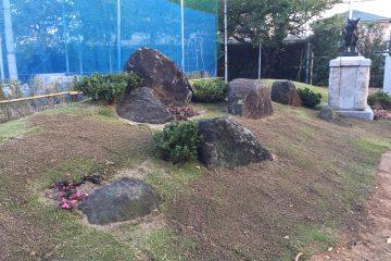 正門横の岩田千虎先生作の牛のブロンズ像周辺が整備されました。